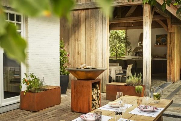 Der OFYR Classic Storage Corten auf einer Terrasse