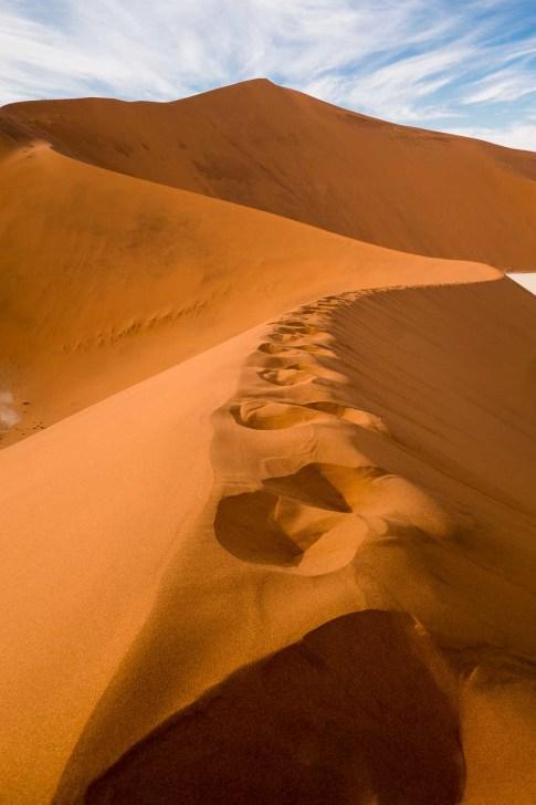 Fussspuren in einer roten Sanddüne der Namib