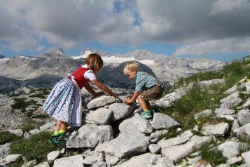 Kinder beim Stoamandl bauen - Foto: - Foto: OÖ Seilbahnholding GmbH