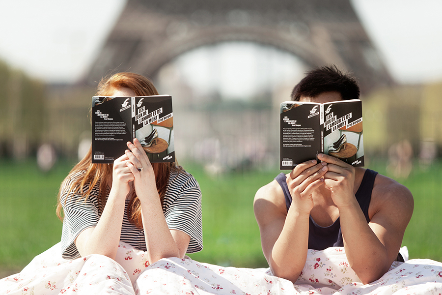 photo-shoot-at-the-eiffel-tower-with-a-bed-and-pajamas-04