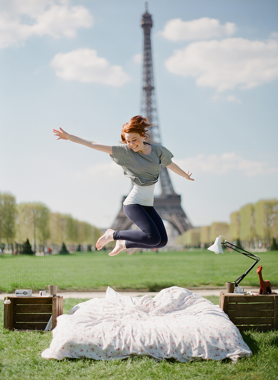 BOS20135-photo-shoot-at-the-eiffel-tower-with-a-bed-and-pajamas-09