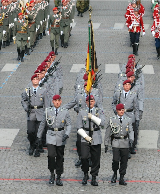 """2007 Bastille Day Parade on the Champs-Élysées: the Fallschirmjäger of the 26th Air Assault Batallion """"Saarland"""" of the German Army - © Davric, wikipedia commons"""