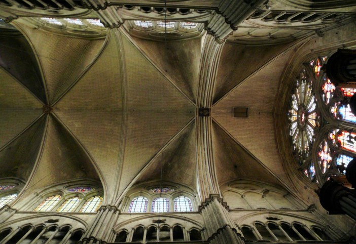 The vaults in the nave © MOSSOT - licence [CC BY-SA 3.0] from Wikimedia Commons