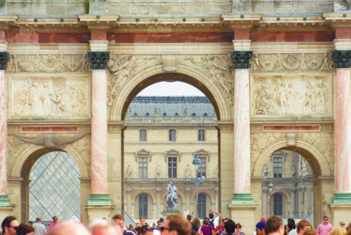 Under the arch of the Arc de Triomphe du Carrousel © French Moments