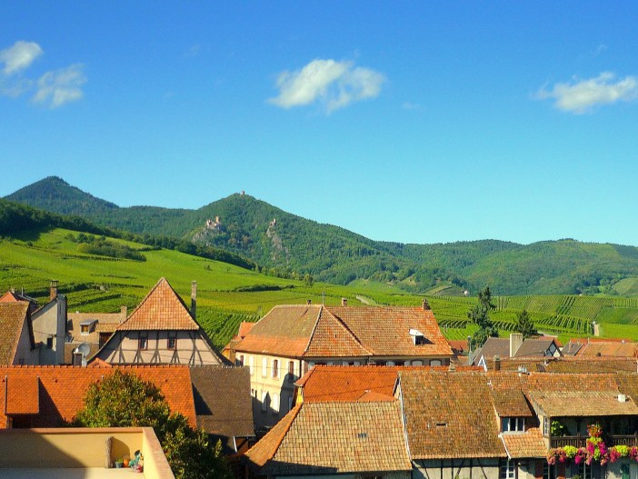 The rooftops of Hunawihr and the castles of Ribeauvillé in the distance © French Moments