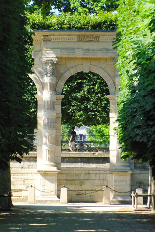 A portico from the Palais des Tuileries in the eponymous garden © French Moments