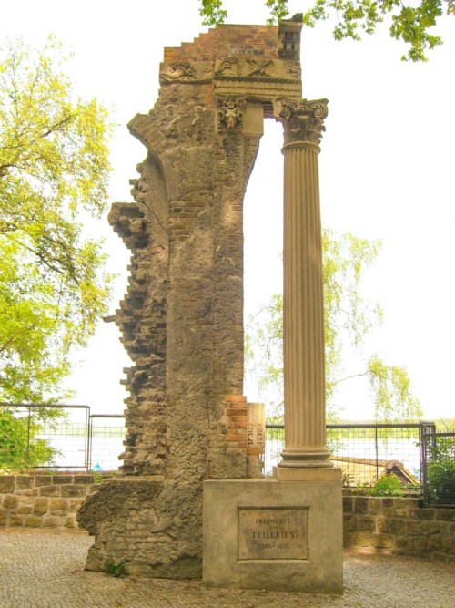 Column of the Palais des Tuileries in Schwanenwerder Island © Times - Private collection - licence [CC BY-SA 3.0] from Wikimedia Commons