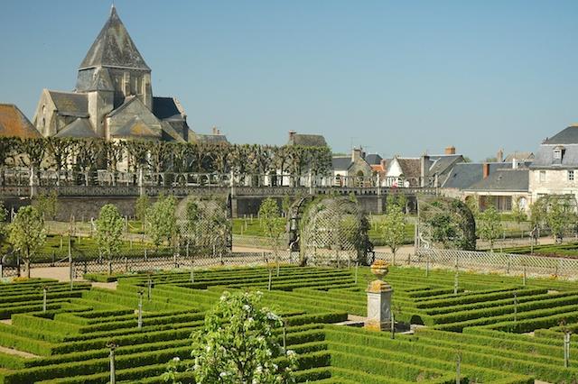 Villandry, the castle's vegetable garden and Saint-Étienne Church © Calips - Creative Commons (CC BY-SA 3.0)
