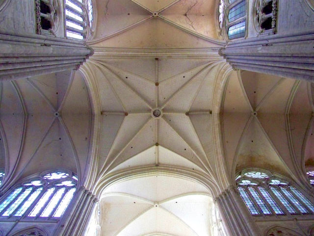 Crossing Vaults, Amiens Cathedral © Guillaume Piolle, licence [CC-BY-SA-3.0], from Wikimedia Commons.