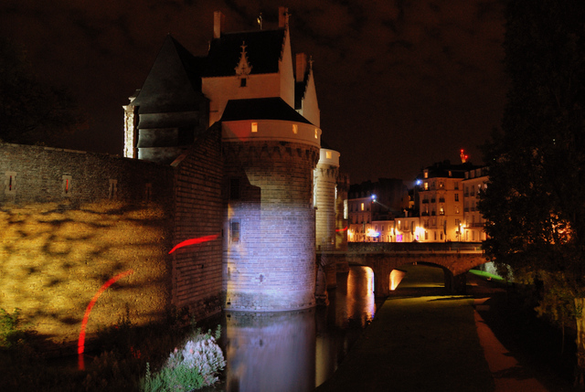 The castle at night © Crackzv8 CC BY-SA 3.0, from wikimedia commons