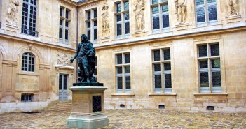 Inner courtyard of Hotel Carnavalet © French Moments
