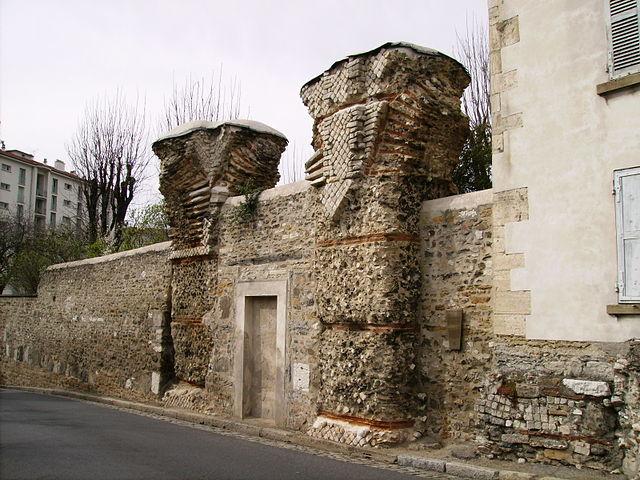The Gier Aqueduct in Lyon Fourvière, by Alorange, licence (CC BY-SA 3