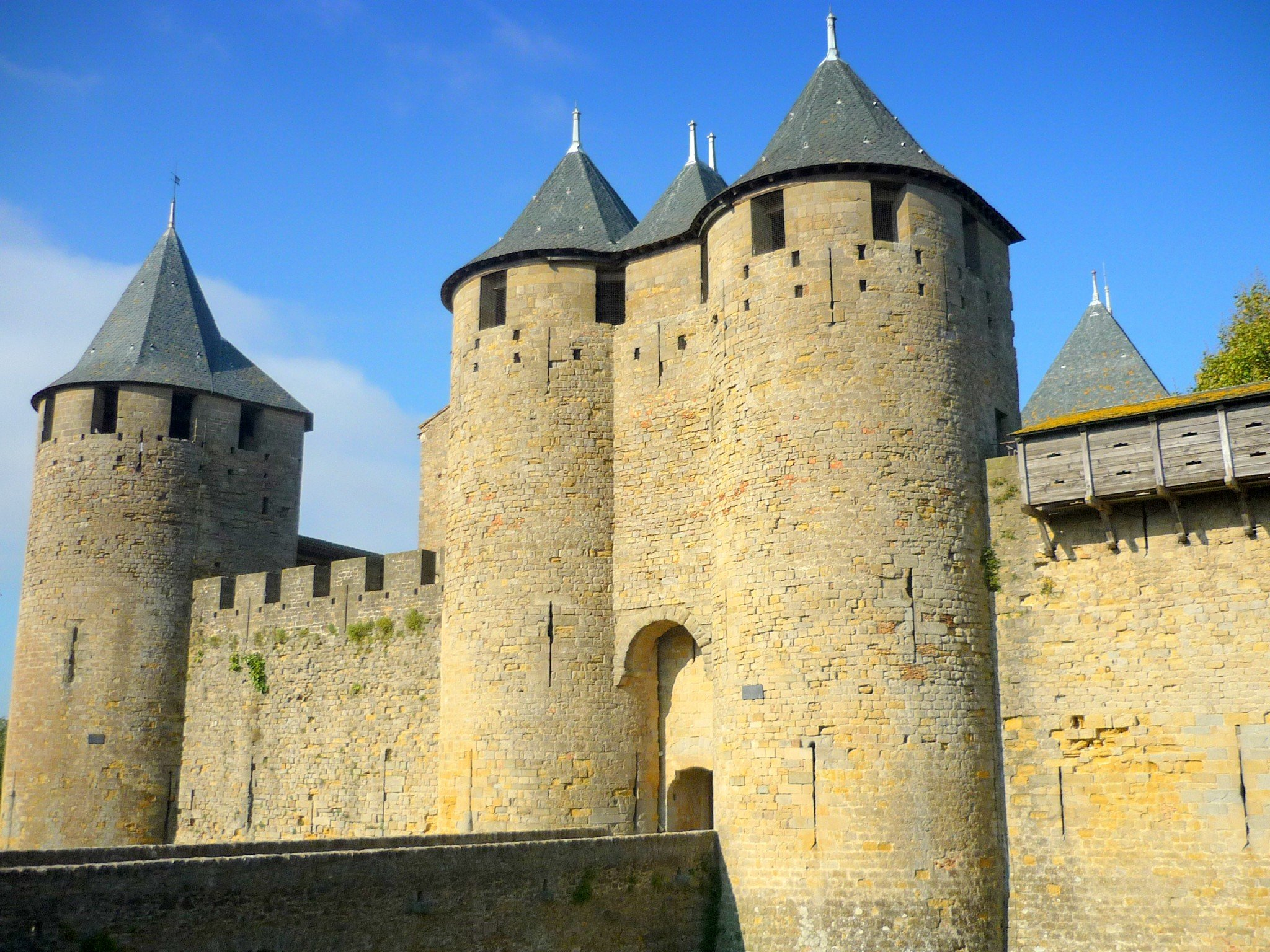 Top 10 most beautiful medieval castles of france french for Castles to stay in france