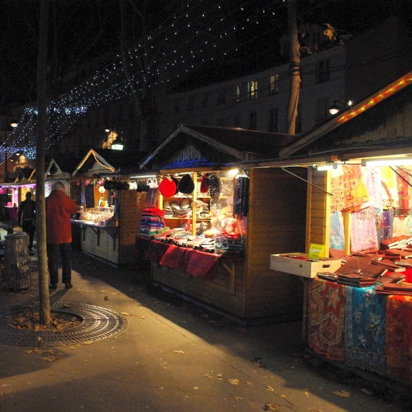 Paris Christmas markets: at Place des Abbesses © French Moments