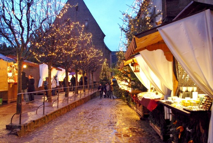 Stalls at the Kaysersberg Christmas market, Alsace © French Moments