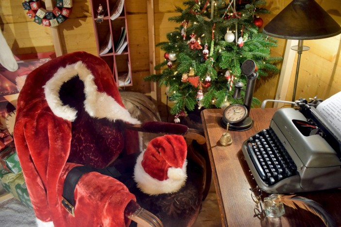 Santa Claus in France: his desk in Obernai © French Moments