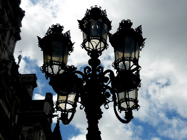 Lamp posts of Paris: Place de l'Hôtel de Ville © French Moments