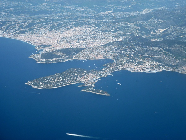 Cap Ferrat, Villefranche and Nice © Broenberr - licence [CC BY-SA 3.0] from Wikimedia Commons