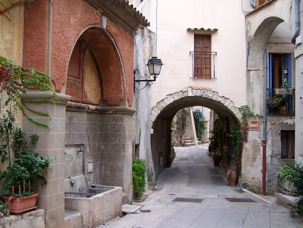 Roquebrune Street © licence [CC BY-SA 3.0] from Wikimedia Commons