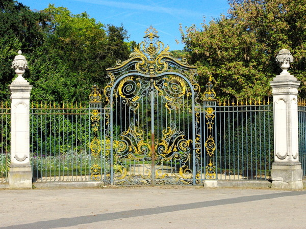 The entrance gate towards Allée de Longchamp, Parc de Bagatelle © French Moments