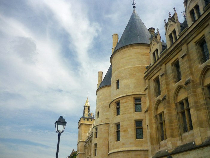 The façade of the Conciergerie by the banks of the River Seine © French Moments