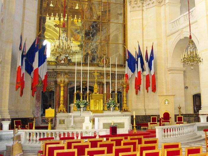 French flag inside Church of Les Invalides © French Moments