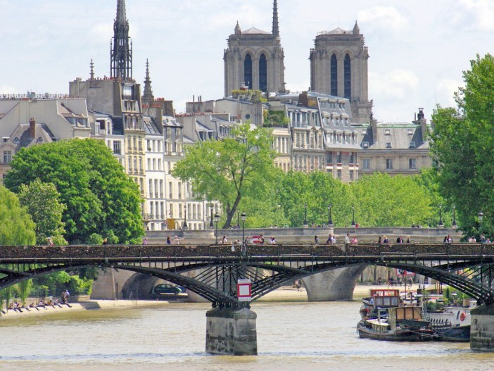 Romantic places in Paris: Pont des Arts and Notre-Dame © French Moments