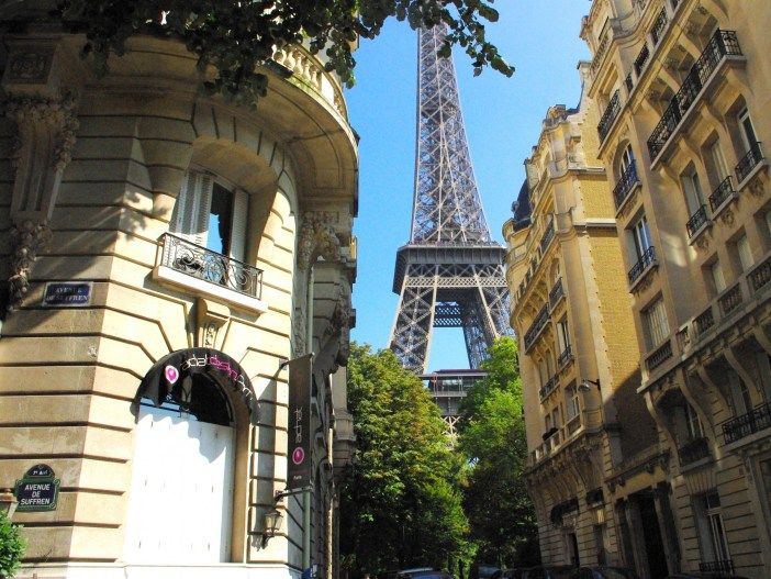 Summer in Paris: at the Eiffel Tower © French Moments