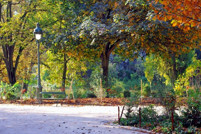 Autumn scene in Buttes Chaumont Paris © French Moments