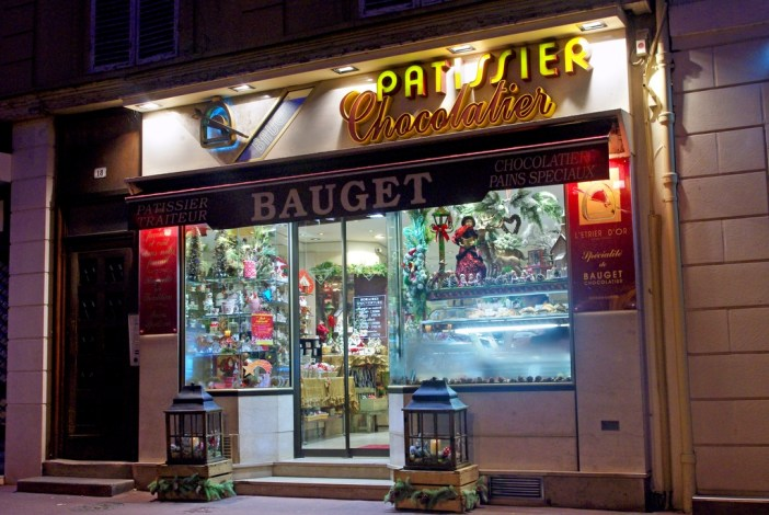 Pâtisserie Bauget in Maisons-Laffitte by night © French Moments