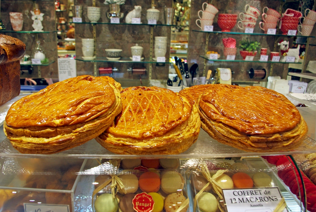 It 39 s time for the galette des rois french moments - Decor galette des rois ...