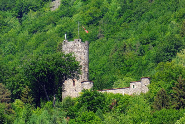Feissons castle, Lower Tarentaise Valley © French Moments
