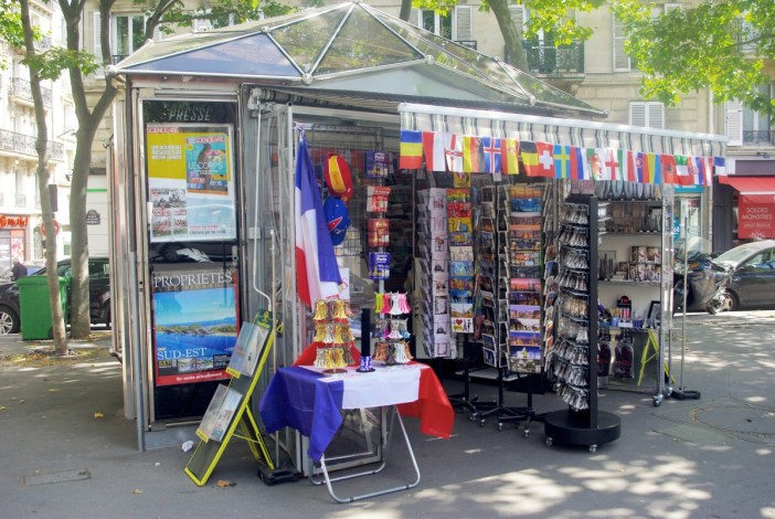 Newspaper kiosk in Place Tristan Bernard (17th arrt) © French Moments