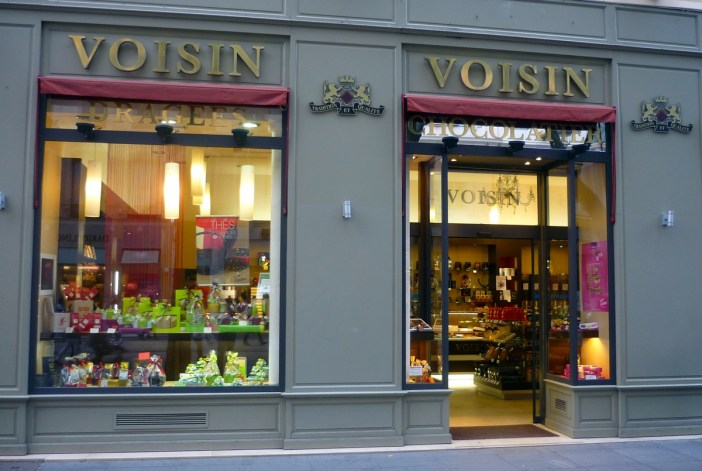 Confiserie Voisin, rue de la République © French Moments