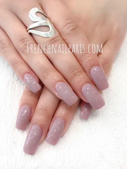 Pour des mains à la pointe de l'élégance et des ongles rayonnants et colorés, optez pour la pose résine des mains avec vernis permanent comme vous en rêviez