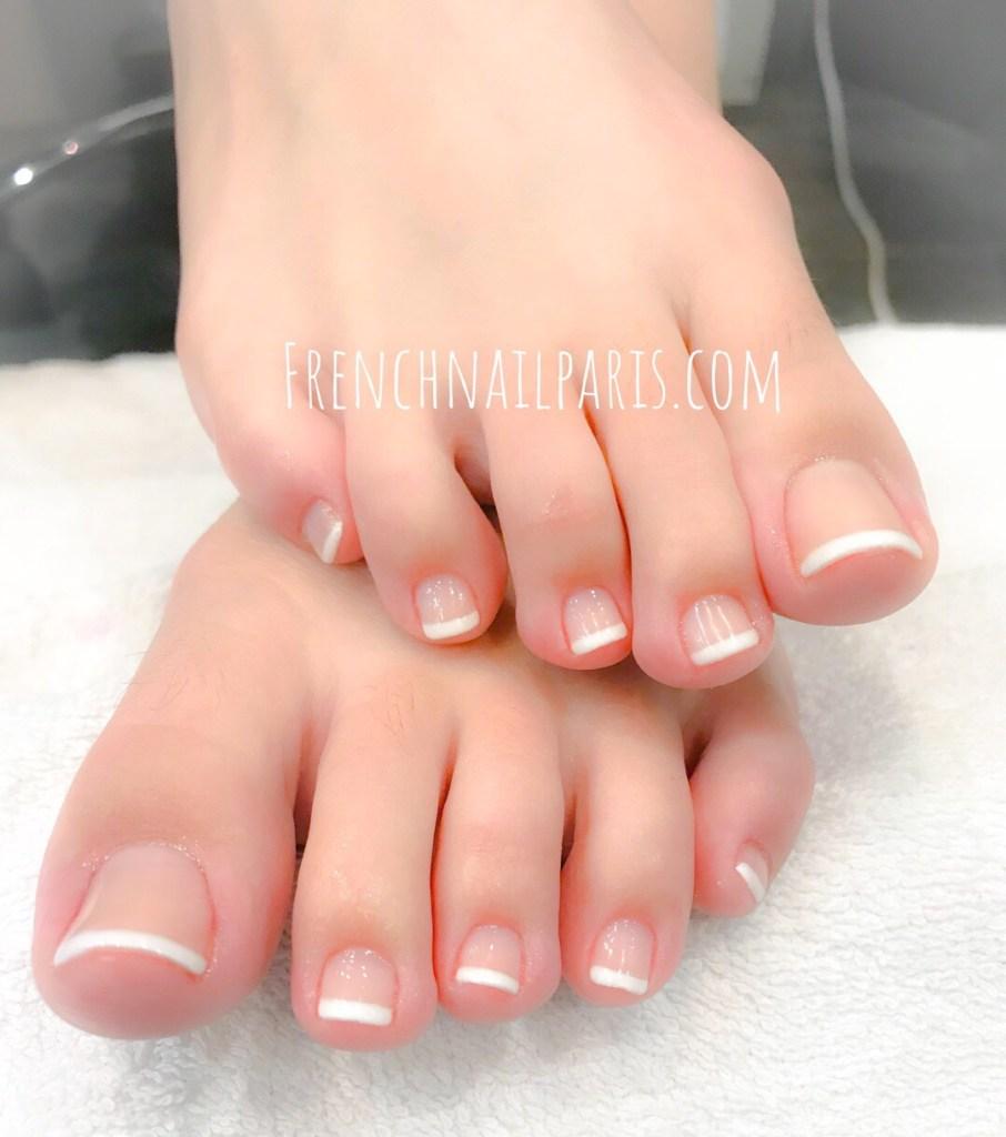 Laissez vous tenter par une beauté des pieds assortie d'un vernis permanent french tendance, le tout prodiquée par une équipe experte de la beauté.
