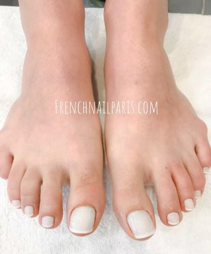Offrez-vous une beauté des pieds professionnelle et craquez pour une pose de vernis french pour des pieds parfaitement préparés et des ongles joliment décorés.