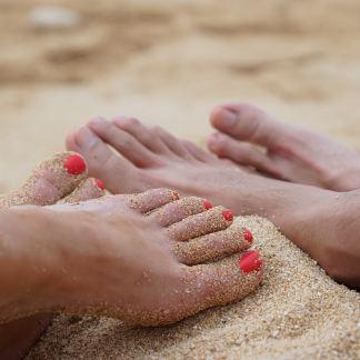 Pose de vernis couleur sur les ongles des pieds