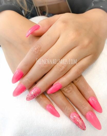 Pour entretenir vos ongles avec un soin de qualité, optez pour un remplissage en résine agrémenté d'un vernis semi permanent.