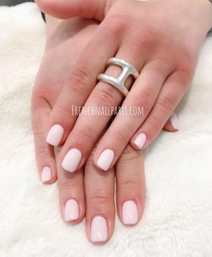 Laissez-vous tenter par le remplissage en résine associée à un vernis semi-permanent afin de redonner netteté à vos ongles des mains.