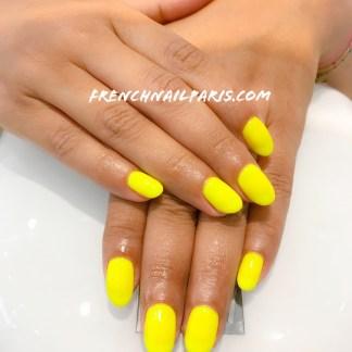 Profitez d'une pause beauté et profitez-en pour sublimer vos mains avec la pose de vernis semi permanent parfaitement colorée !