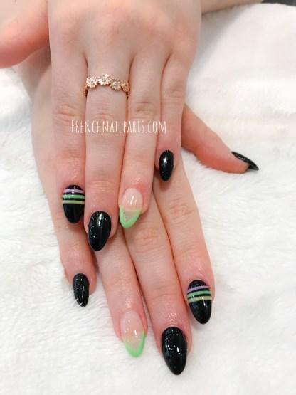 Pour des ongles ultra-féminins, optez pour la pose d'ongles en résine agrémentée d'un vernis semi permanent pour faire ressortir vos mains.