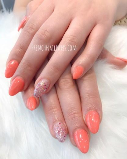 Pour des ongles ultra glamour, faites le choix de la pose d'ongles résine assortie d'un vernis semi permanent impeccablement préparée.