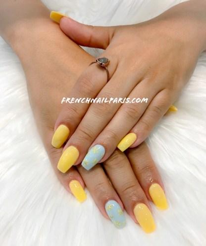 Profitez de la pose d'ongles en résine assortie d'un vernis semi permanent qui transforme et sublime parfaitement vos ongles.