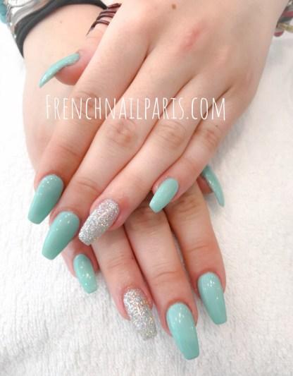 Profitez de votre parenthèse bien-être et de beauté et optez pour une pose d'ongles résine associée à un vernis semi permanent spécialement concoctée pour les réconforter.