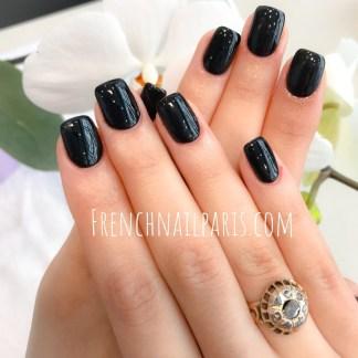 Confiez-nous vos mains et profitez du savoir-faire en vous offrant une pose d'ongles chablon agrémentée d'un vernis semi permanent parfaitement décorés.
