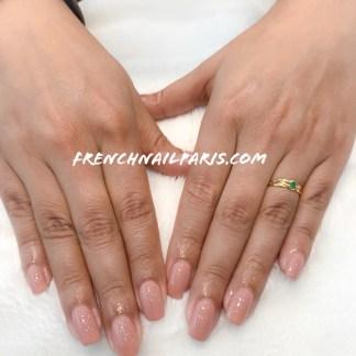 Pour redonner l'éclat de vos ongles en gel, entretenez-les avec un remplissage gel associé d'un vernis semi permanent parfaitement réalisé.