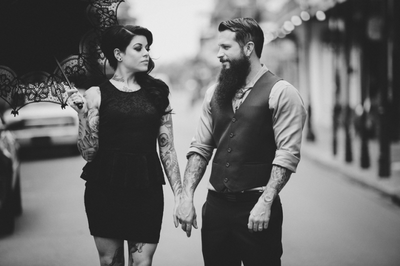 Tattooed Bride And Groom With Parasol 800×532