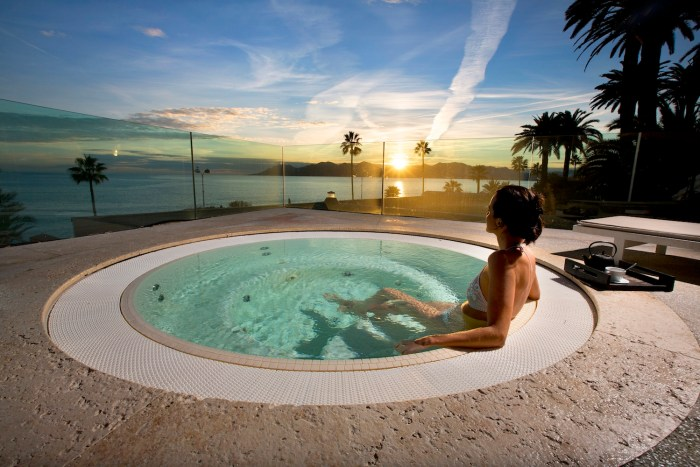 Jacuzzi on the rooftop of the Radisson Blu hotel in Cannes