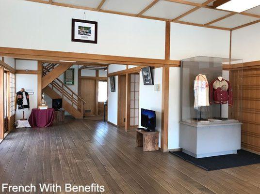 L'intérieur de la maison. Les vestes que l'on voit appartenaient à une équipe de baseball japonaise installée à Lethbridge si je ne dis pas de bêtises !